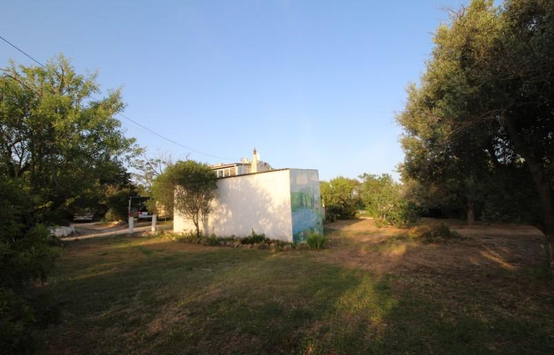 Moradia antiga num lote de 1825 m2 com vista mar