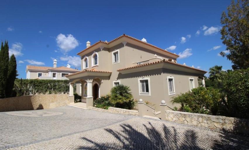 Fantástica Moradia de 5 Quartos frente Golfe em Vila Sol
